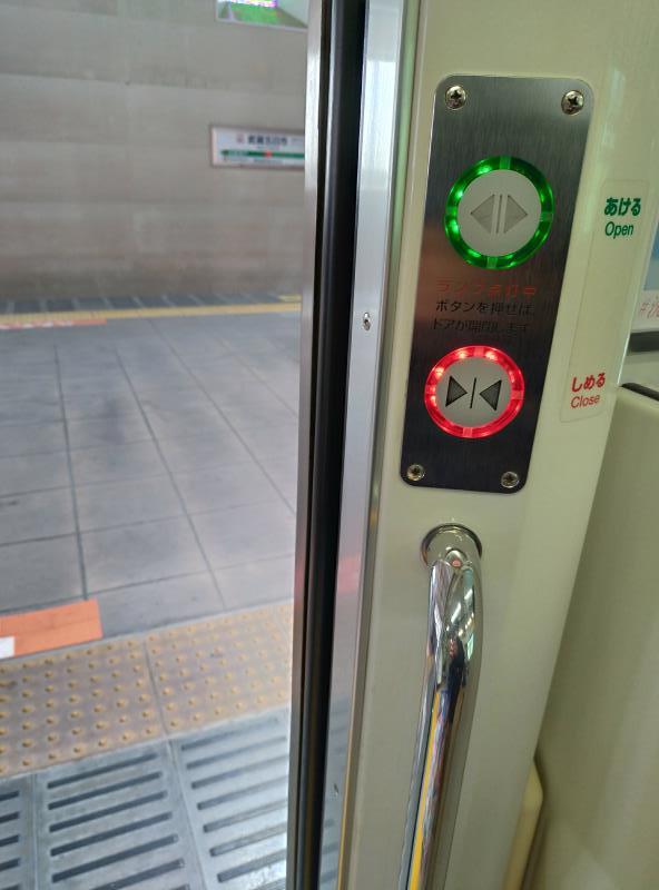 中央線のドア開閉用のボタン