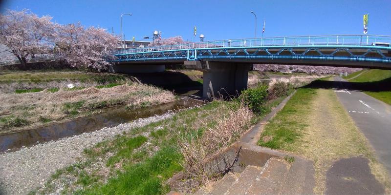 青い橋に近づいた様子