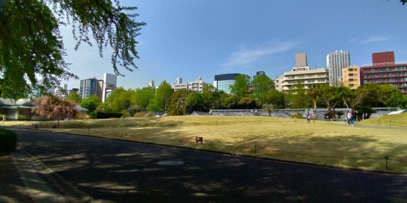 新宿御苑を取り囲むビルやマンション