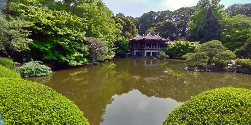 池のほとりに立つ中国建築風の建物