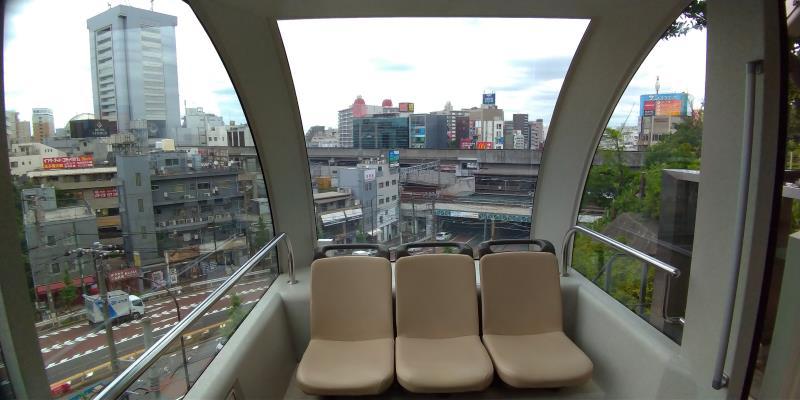 眼下に街が広がるモノレール車窓からの眺め