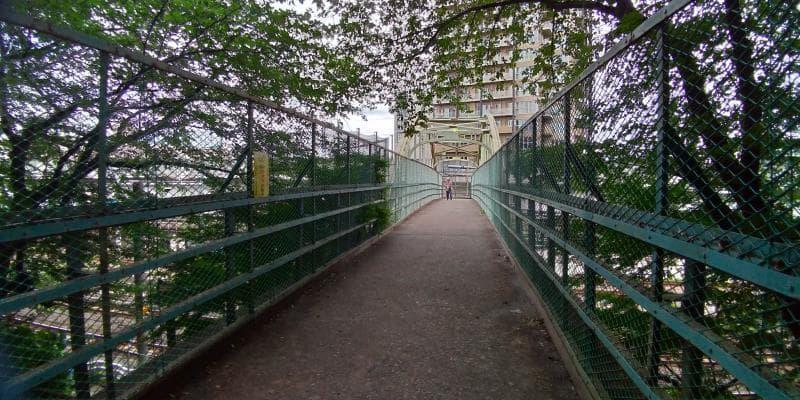 両側を金網で囲まれた鉄橋