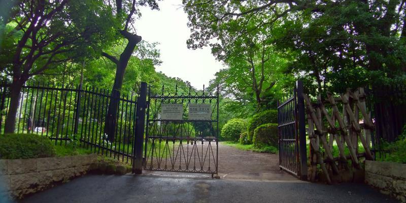 片方が開いた鉄の門