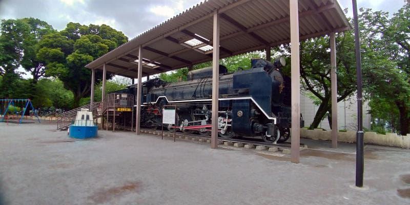 公園内に佇む機関車