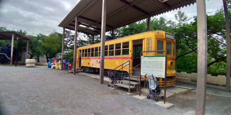 黄色いレトロな路面電車