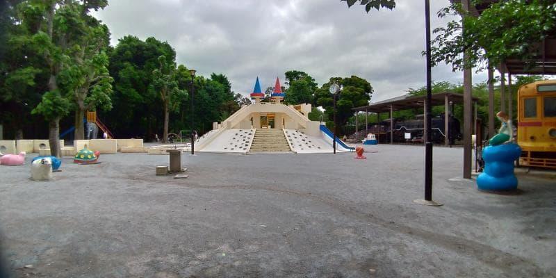 城の形の遊具の奥に機関車の見える児童広場の全景