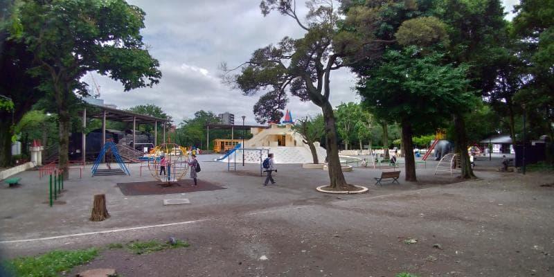 真ん中に城のような遊具がある児童広場