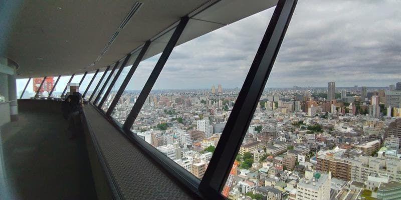 右手に斜めの窓、眼下に広がる街