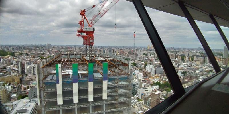 建設中で上部にクレーンのあるビル