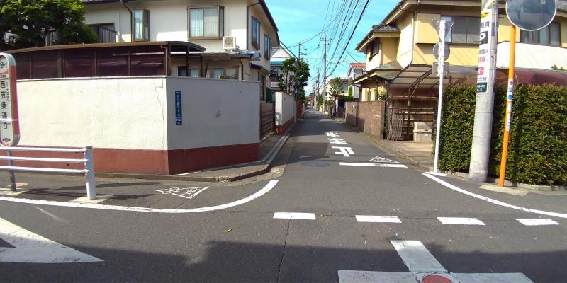 戸建ての住宅街の十字路