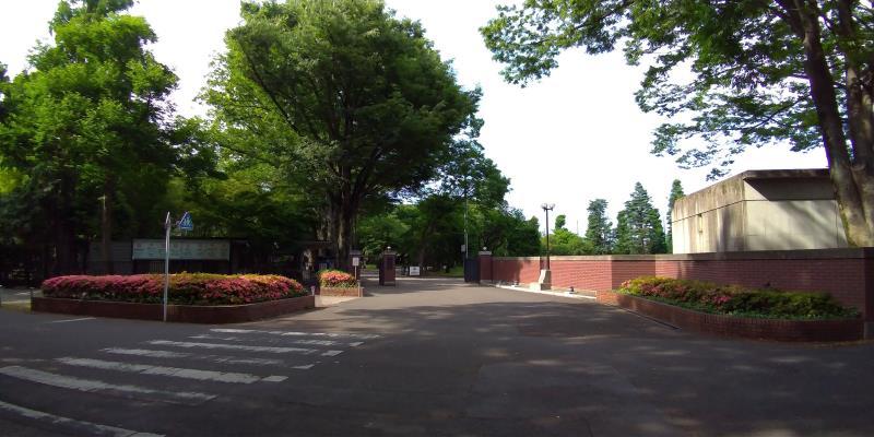 レンガの塀に囲まれ、木々も多い成蹊中学、高校
