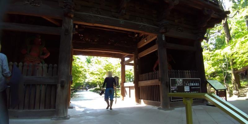 山門をくぐる男性