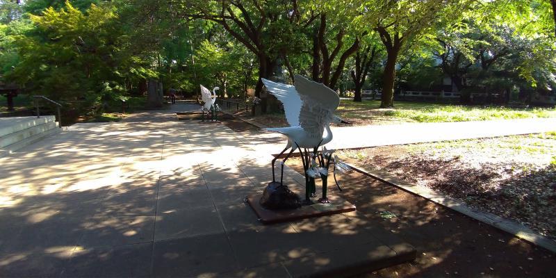 首を曲げた白鳥像