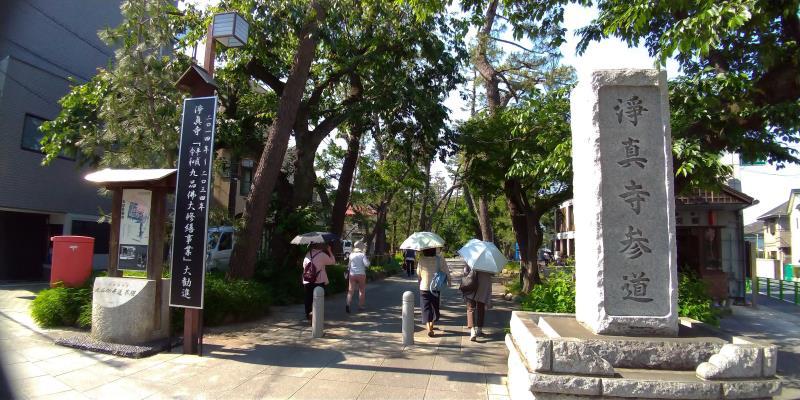 参道入口に歩く女性たち