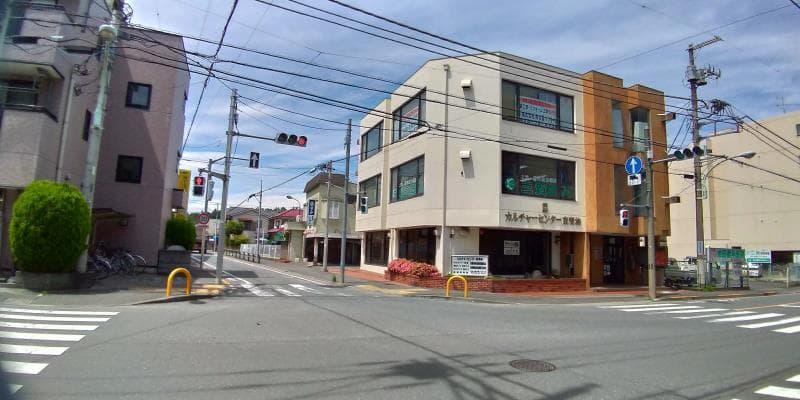 低いビルの立つ十字路
