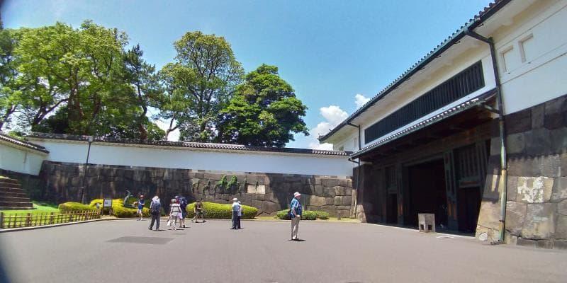 四方を白壁の高い建築物で囲まれる門