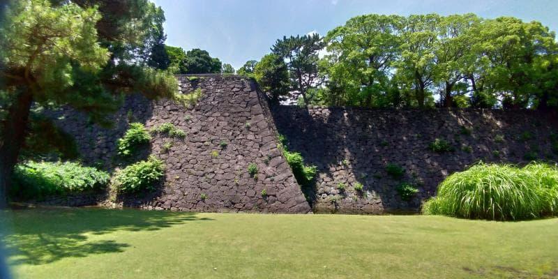 草地の向こうに見える巨大な石垣
