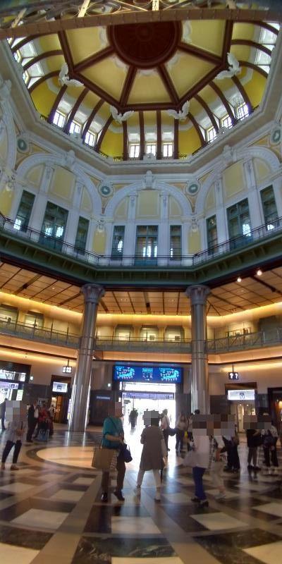 ドーム状のとても高い天井の東京駅構内
