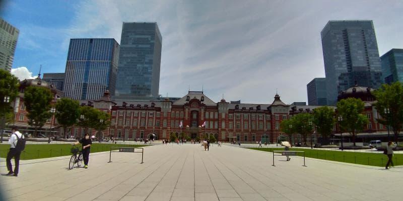横長の東京駅舎。赤茶色のレンガに黒い屋根が雄々しい