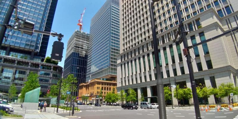 東京駅前のビルが林立する様子