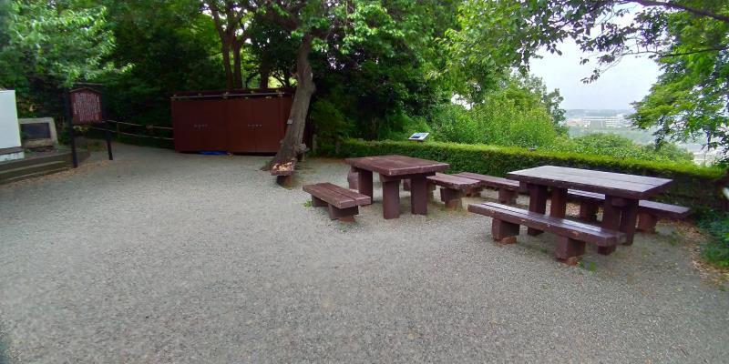 見晴らしの良い場所に置かれたテーブルとベンチ