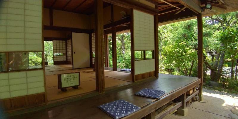 茅葺屋根の建物内部は畳の和室