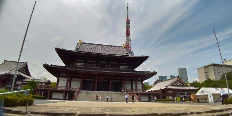 巨大なお堂と背後にそびえる東京タワー