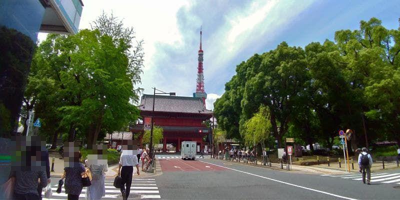 通りの正面に見える巨大な赤い門と東京タワー