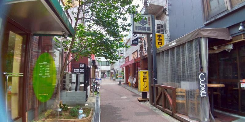 飲食店のある細い路地