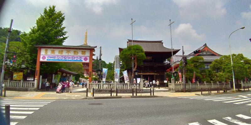 仁王門の隣には「あじさいまつり」と書かれた大きな看板