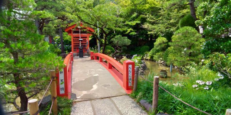 弁天堂に続く小さな赤い橋