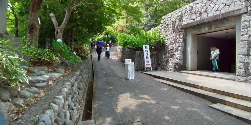 五重塔の下の休憩場の入口