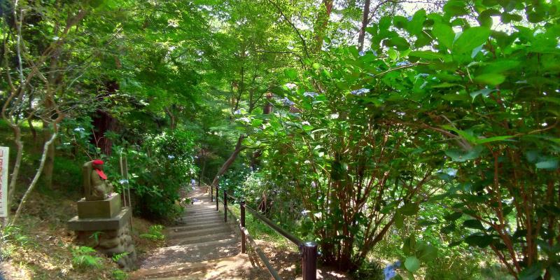 下に向かって続く階段。脇にはお地蔵様