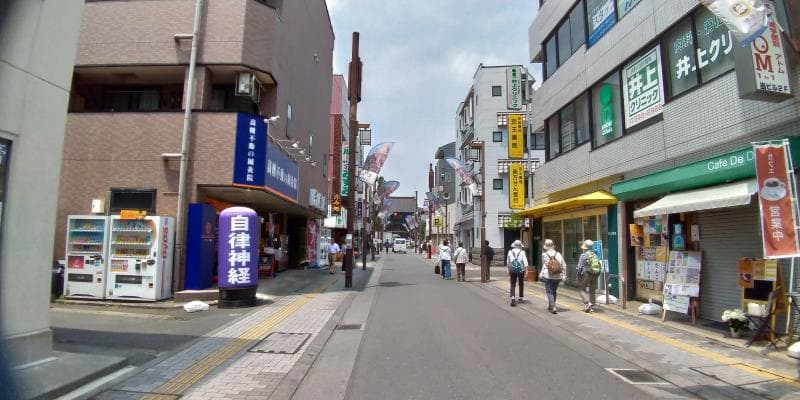 商店街の奥に見える高幡不動尊金剛寺
