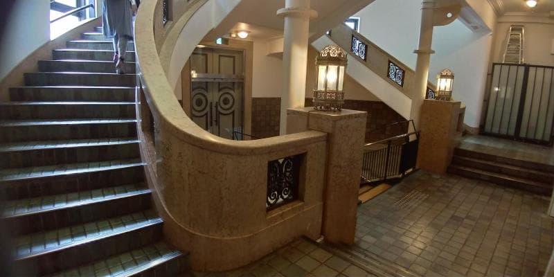 カーブする階段