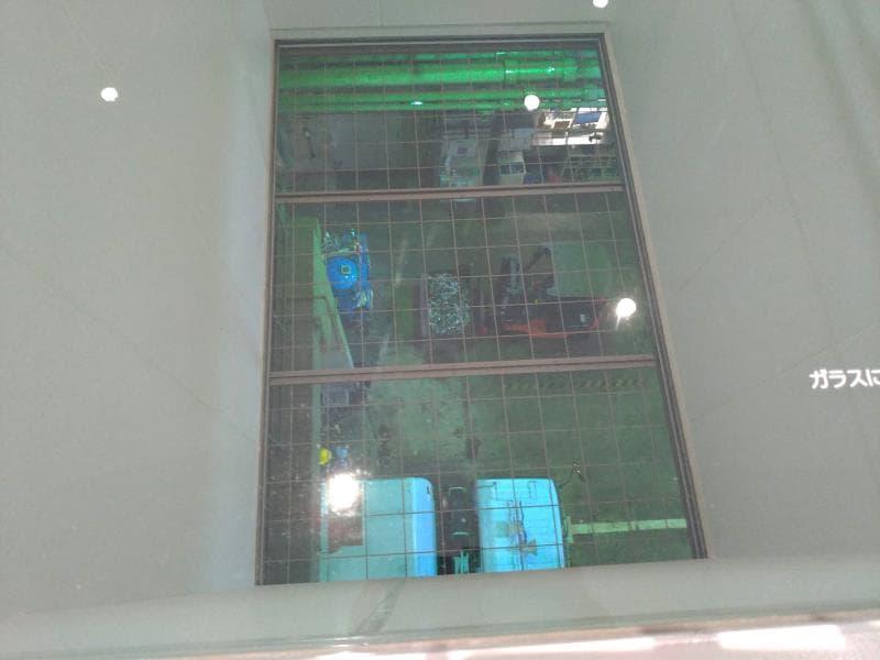 搬入口を見下ろせるガラス窓